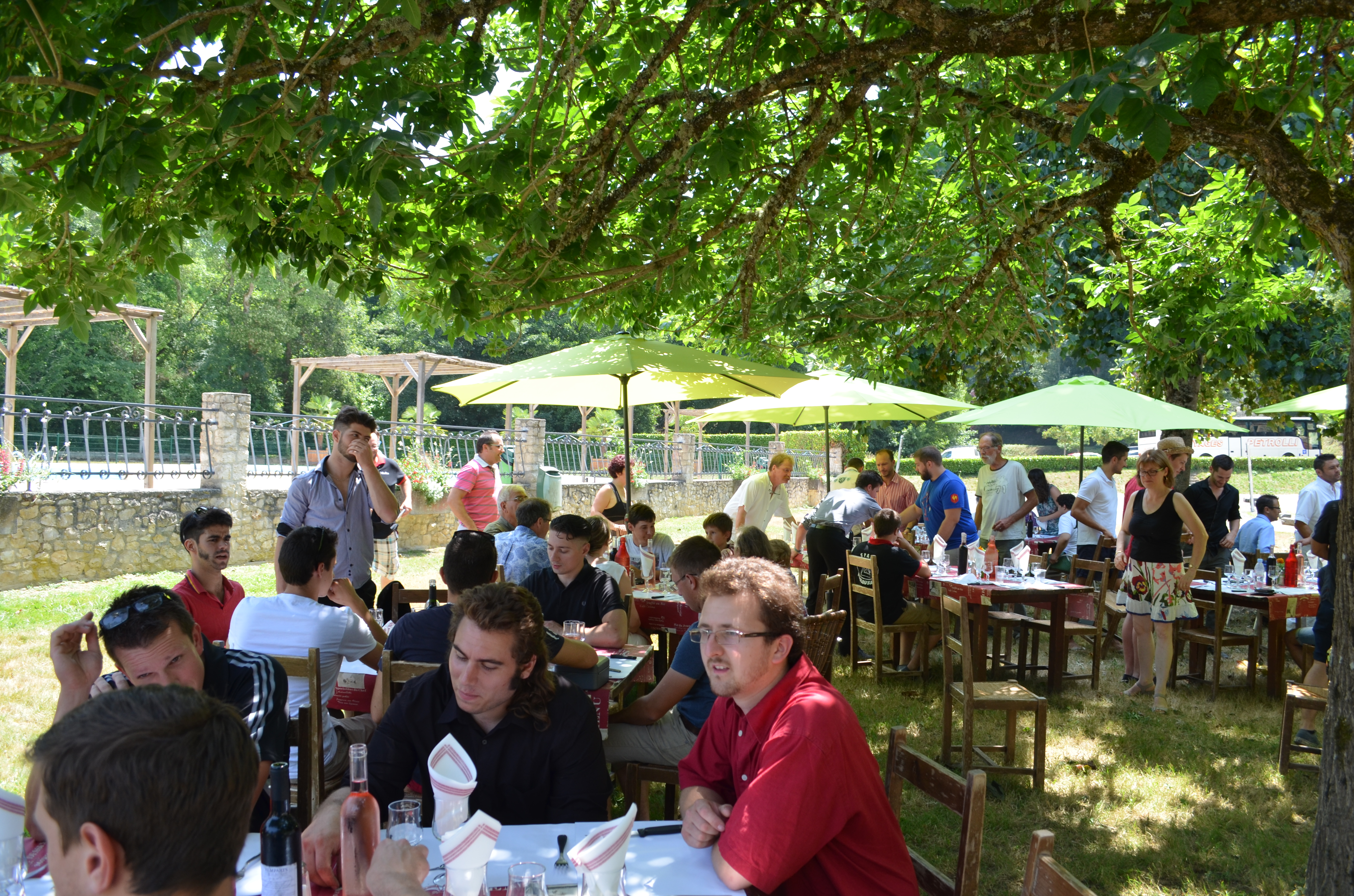 Agréable de manger a l'ombre des arbres au pied de la piscine d'Eauze