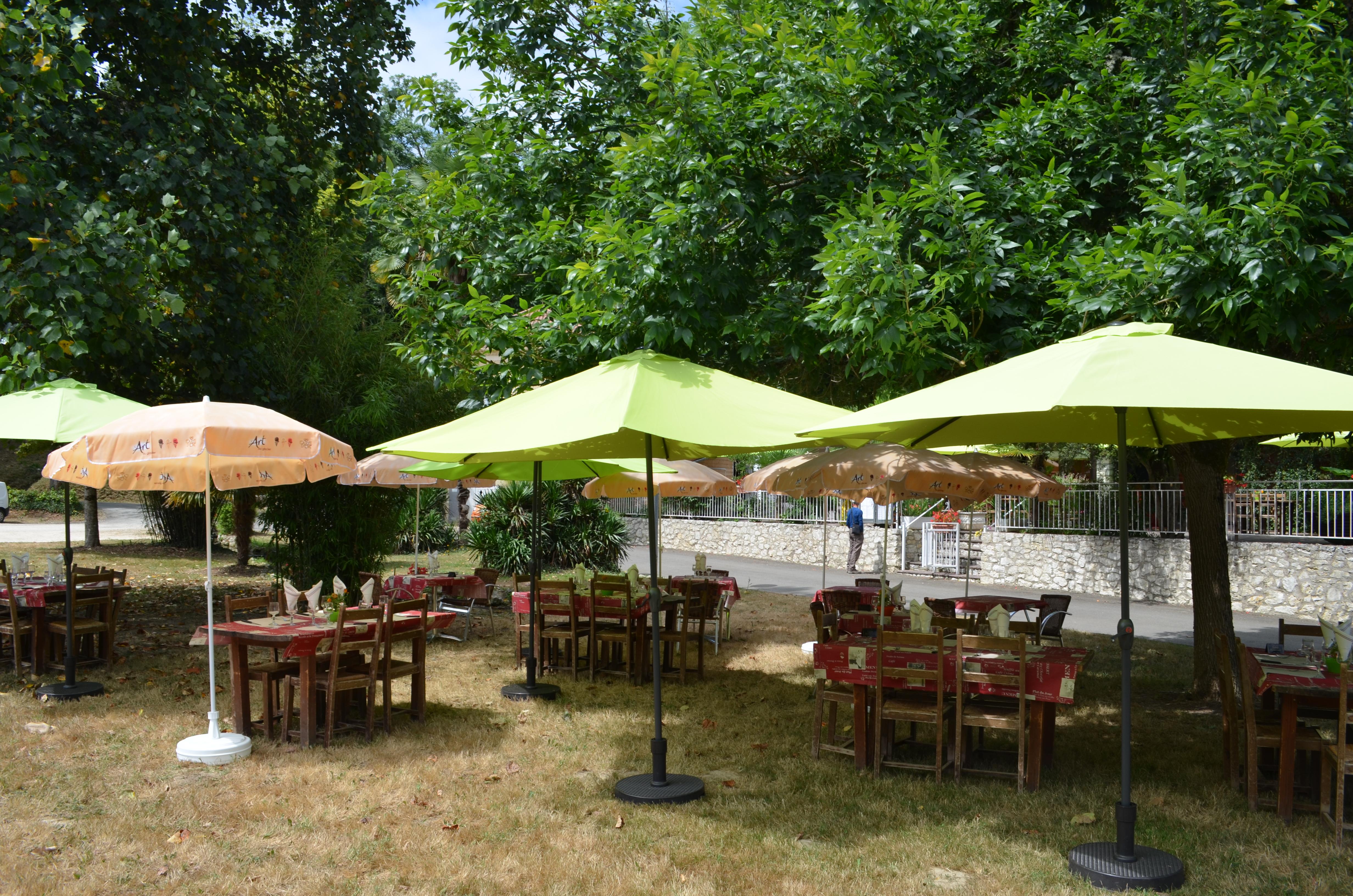 Terrasse ombragée au Moulin du Pouy
